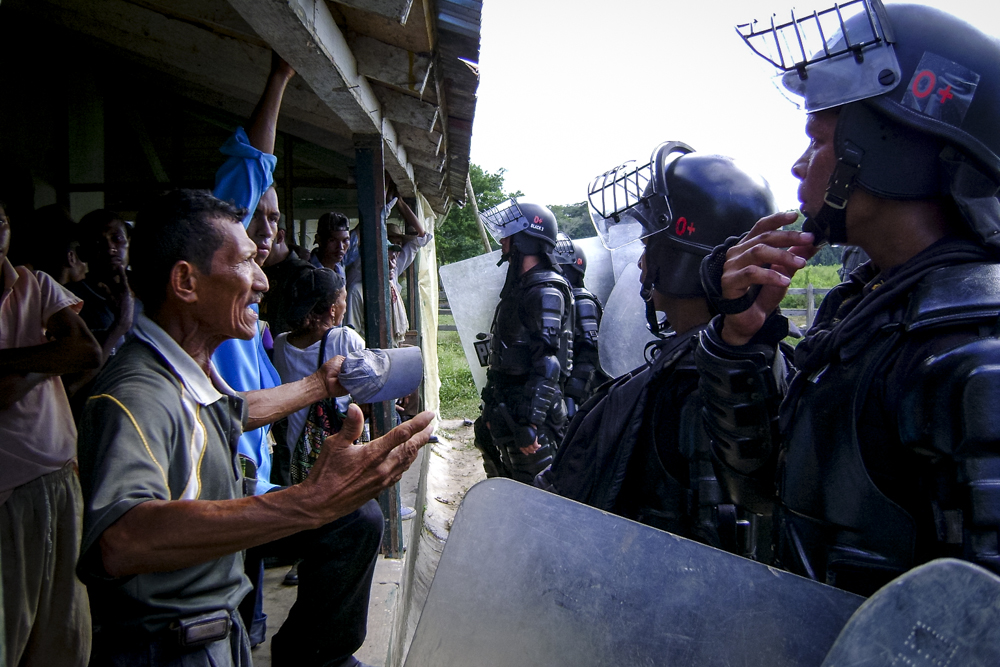 Misael Payares, a leader of Las Pavas negotiates with riot police during the eviction of 2009.